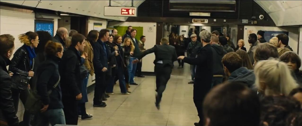 Beide laufen auf die Rolltreppe zu.